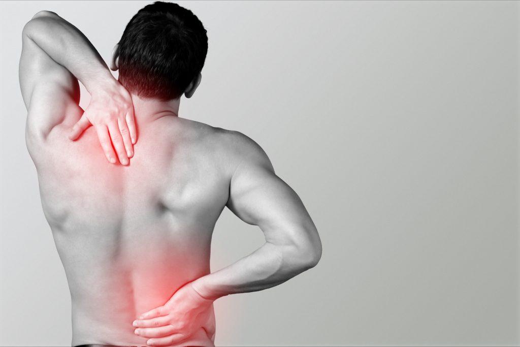 Mann mit Rückenbeschwerden - ein Fall für die Chirotherapie